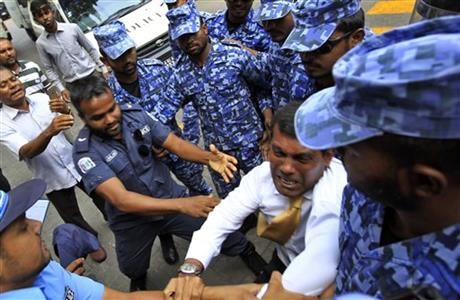 Former president Mohammad Nasheed being dragged to court on Feb. 23. Picture by Sinan Hussain | AP